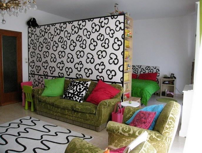 Оригинальная стенка разделила комнату на две части.