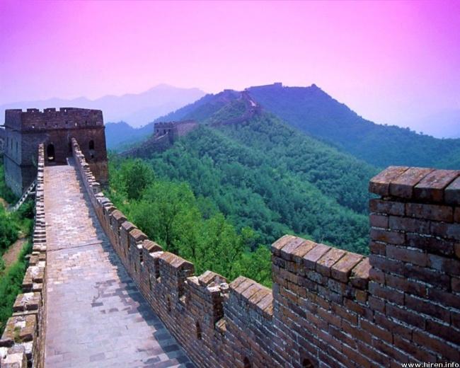 Великая Китайская стена и небо цвета сукуры
